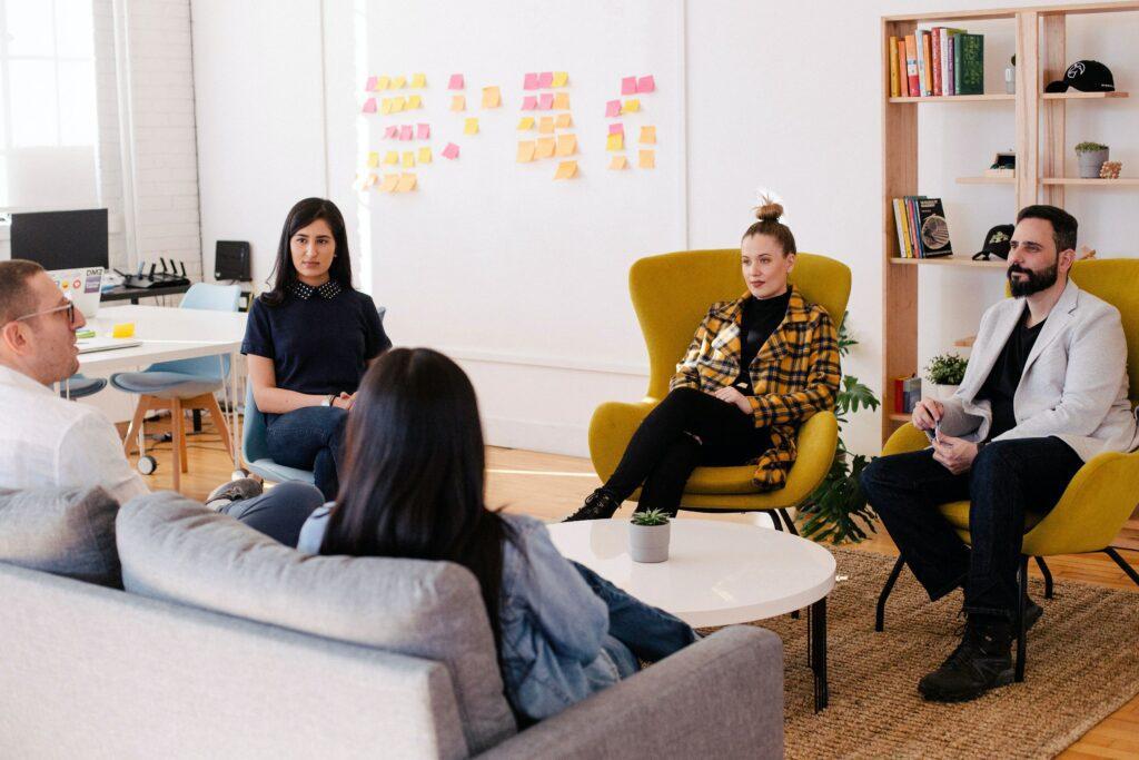 Novotvar může vzniknout například ze slov souvisejících s činností firmy. Seznam takových slov se nejlépe vytváří při skupinovém brainstormingu.