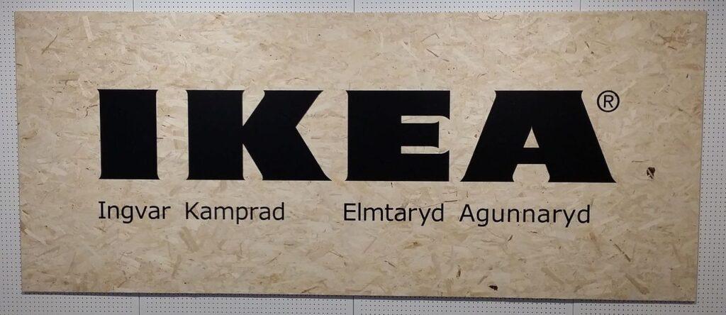 Dalším příkladem je IKEA - zkratka složená z iniciál zakladatele a počátečních písmen jeho bydliště.