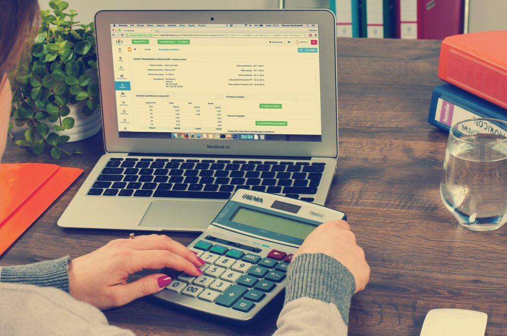 Plátcem DPH je povinně každý podnikatel, jehož roční obrat přesahuje 1 000 000 Kč.